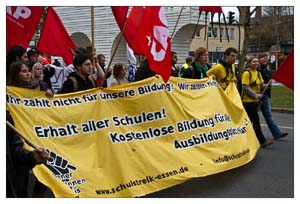 Demo mit Transparent: Ihr zahlt nicht für unsere Bildung. Erhalt aller Schulen! Kostenlose Bildung...