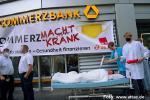 Aktivist*innen verwandeln Commerzbank-Filiale in Krankenhaus